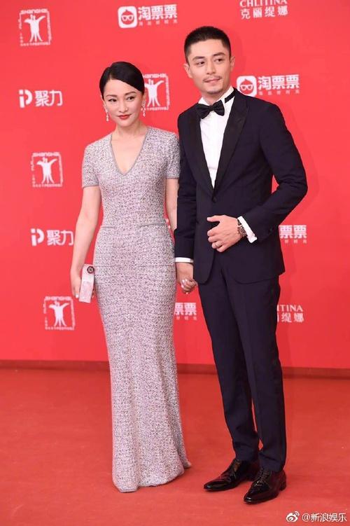 Thảm đỏ LHP Thượng Hải: Hoắc Kiến Hoa nắm chặt tay Châu Tấn, Dương Mịch đọ sắc với Lưu Diệc Phi - Ảnh 6.