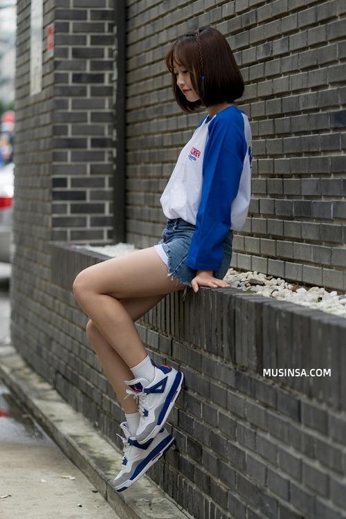 Mặc đẹp đơn giản: mix áo phông và chân váy thành street style đẹp mê ly của giới trẻ Hàn - Ảnh 7.