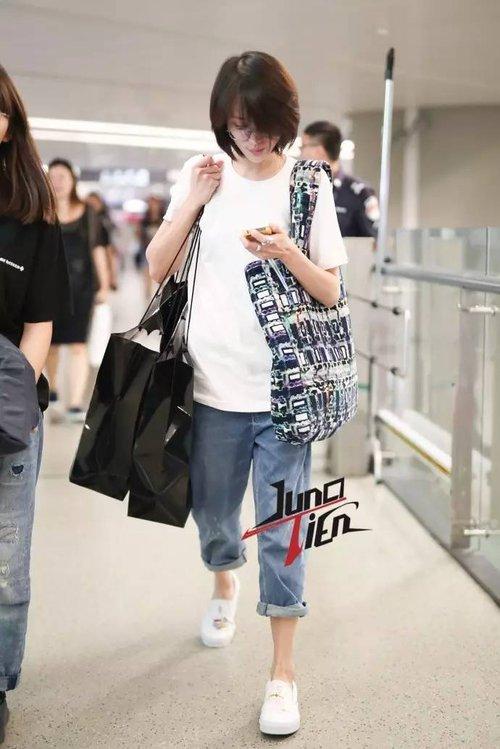 Bận quần đùi ra sân bay, đi sự kiện không thèm makeup, nữ thần học đường Trịnh Sảng ngày một xuề xòa khó hiểu - Ảnh 7.