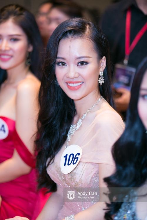 Hoàng Thùy, Mâu Thủy khoe đường cong quyến rũ cùng dàn thí sinh tại họp báo HHHVVN - Ảnh 13.