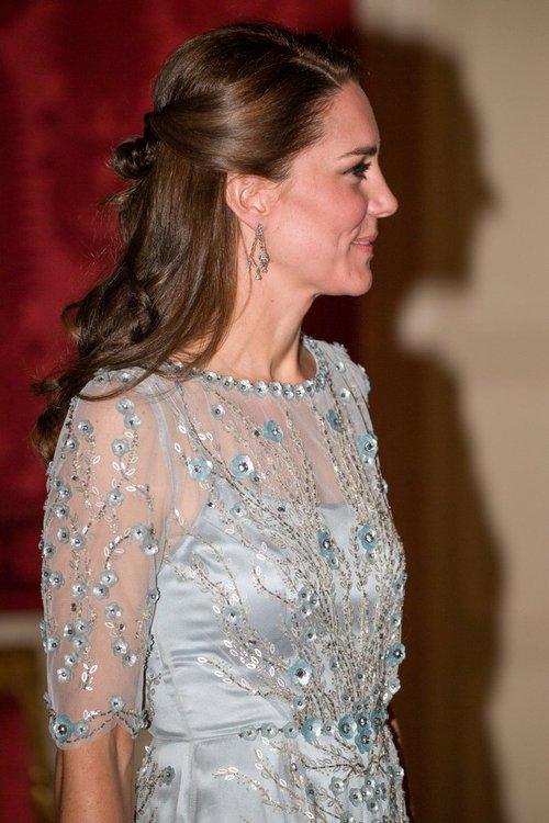 Thường xuyên diện đồ xa xỉ nhưng đây là lần đầu tiên Công nương Kate diện cả cây đồ Chanel hơn 300 triệu đồng - Ảnh 7.