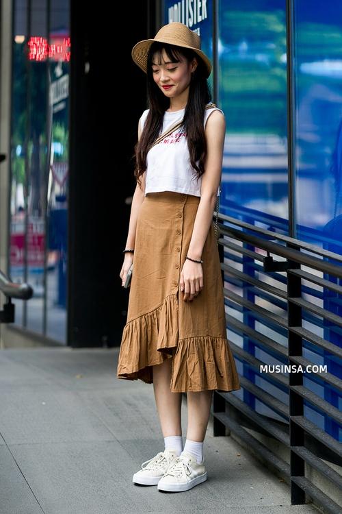 Mặc đẹp đơn giản: mix áo phông và chân váy thành street style đẹp mê ly của giới trẻ Hàn - Ảnh 8.