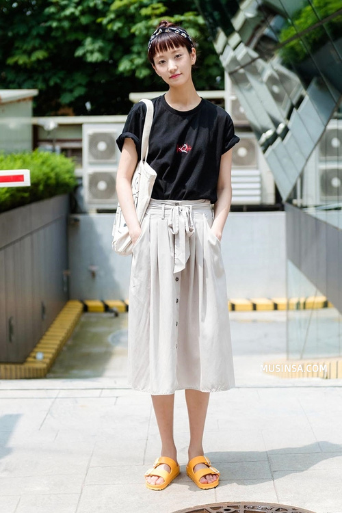 Mặc đẹp đơn giản: mix áo phông và chân váy thành street style đẹp mê ly của giới trẻ Hàn - Ảnh 9.