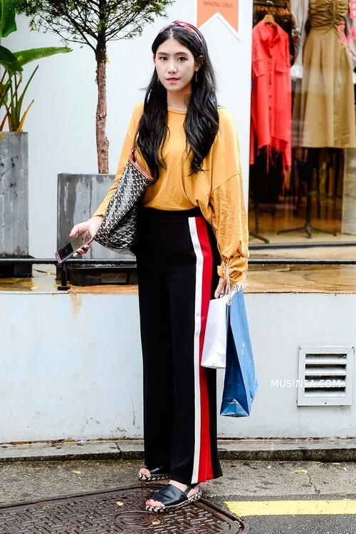Áo phông, quần jeans, layering - 3 yếu tố đinh trong cách mix đồ chớm thu của giới trẻ Hàn - Ảnh 10.