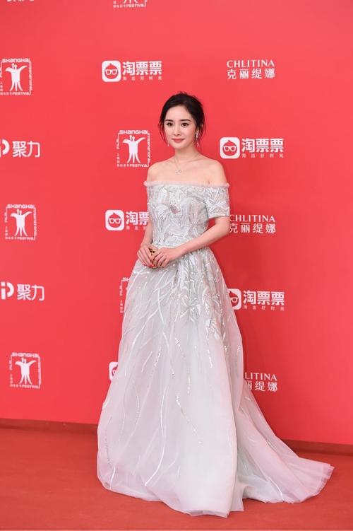 Thảm đỏ LHP Thượng Hải: Hoắc Kiến Hoa nắm chặt tay Châu Tấn, Dương Mịch đọ sắc với Lưu Diệc Phi - Ảnh 1.