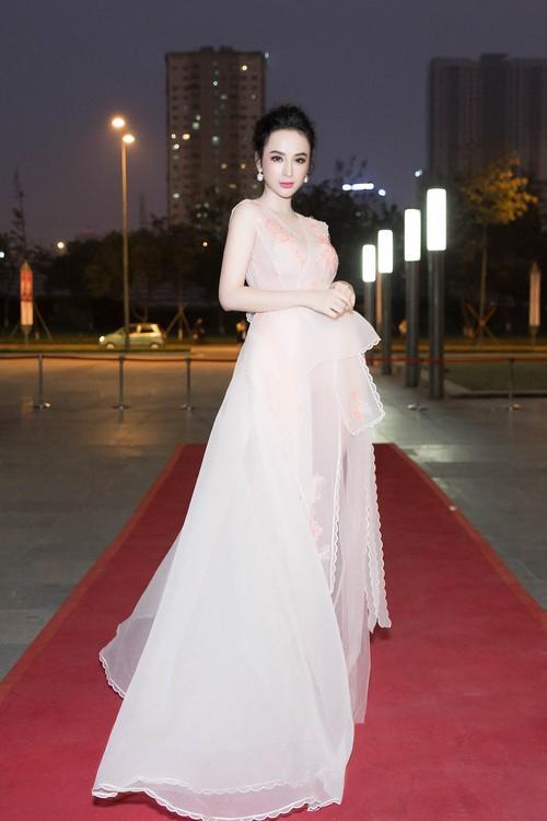 Angela Phương Trinh đối lập với Phạm Hương ngay trên hàng ghế đầu, ai đẹp hơn? - Ảnh 6.