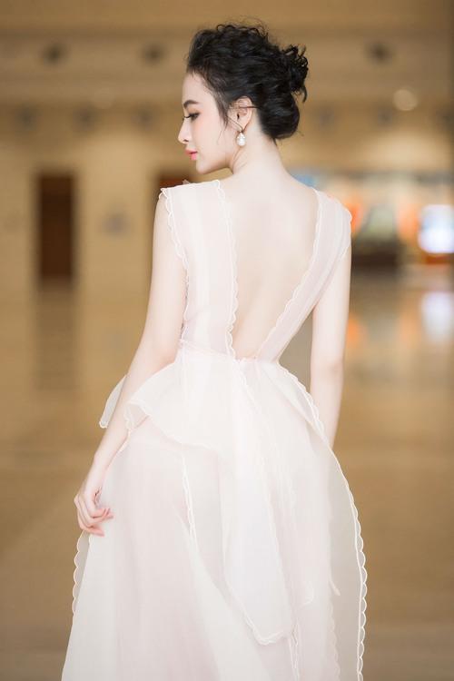 Angela Phương Trinh đối lập với Phạm Hương ngay trên hàng ghế đầu, ai đẹp hơn? - Ảnh 9.