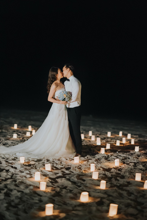 MC Thành Trung quỳ gối cầu hôn bạn gái bên bờ biển lãng mạn - Ảnh 4.