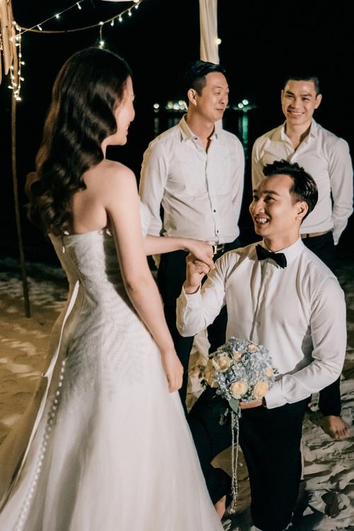 MC Thành Trung quỳ gối cầu hôn bạn gái bên bờ biển lãng mạn - Ảnh 2.
