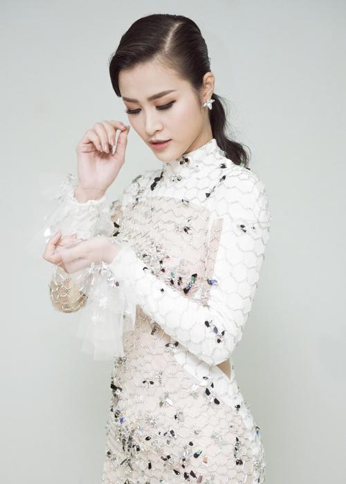 Trang phục của Đông Nhi tại Asia Song Festival 2017: Từ thảm đỏ đến sân khấu đều át cả sao Hàn - Ảnh 2.