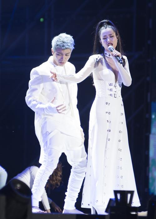Trang phục của Đông Nhi tại Asia Song Festival 2017: Từ thảm đỏ đến sân khấu đều át cả sao Hàn - Ảnh 7.