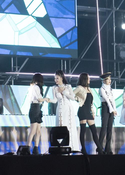 Đông Nhi thân thiện, bắt tay khi hội ngộ Leeteuk và Taeyeon tại Asia Song Festival - Ảnh 6.