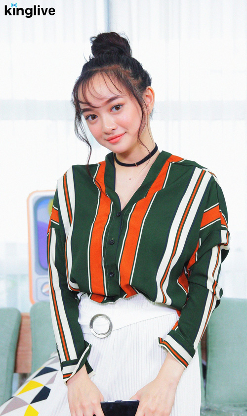 Weather Girls: Kaity Nguyễn xinh như mộng, chia sẻ tất tần tật về Em chưa 18! - Ảnh 2.