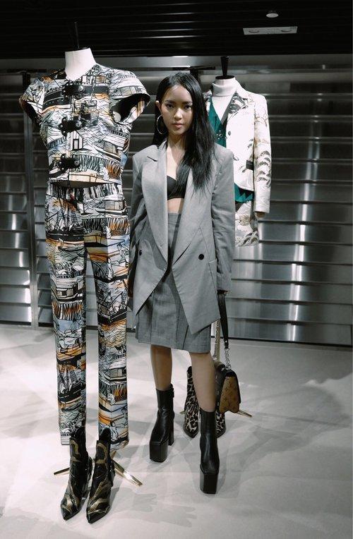 Châu Bùi độn chiều cao với giày 20cm tại buổi ra mắt BST Louis Vuitton tại Hong Kong - Ảnh 1.