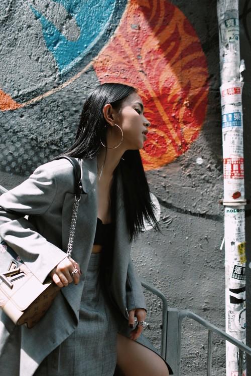 Châu Bùi độn chiều cao với giày 20cm tại buổi ra mắt BST Louis Vuitton tại Hong Kong - Ảnh 2.