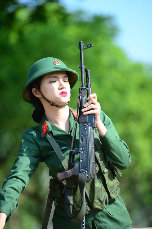 Sao nhập ngũ: Hương Giang Idol nữ tính, lăn xả trong quân đội - Ảnh 8.