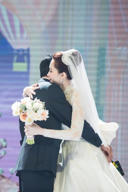 Ảnh đẹp: Đặng Thu Thảo e ấp hôn má chú rể Trung Tín trong ngày trọng đại - Ảnh 10.