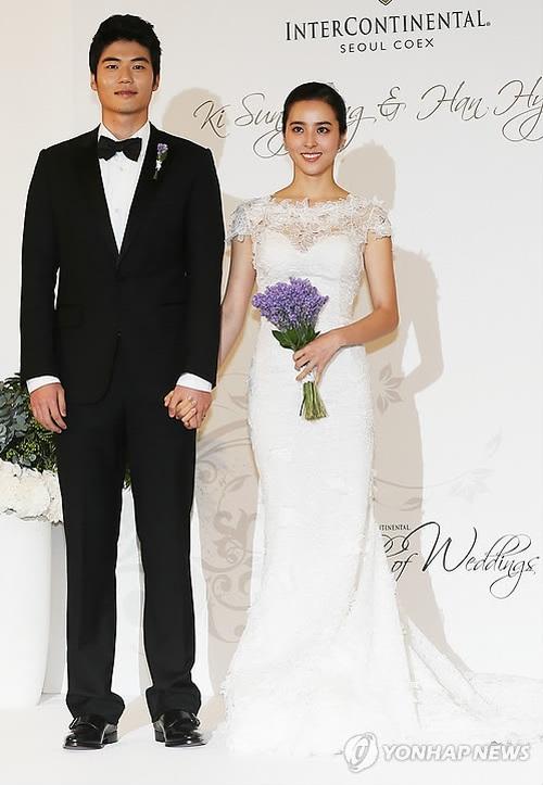 Váy cưới của các mỹ nhân đình đám xứ kim chi: người chi cả tỷ cho hàng hiệu, người diện thiết kế không tên tuổi - Ảnh 11.