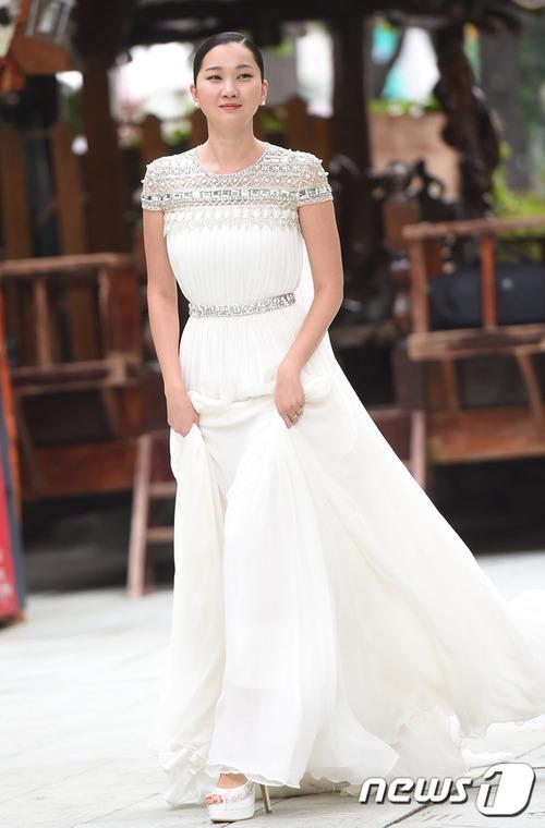 Váy cưới của các mỹ nhân đình đám xứ kim chi: người chi cả tỷ cho hàng hiệu, người diện thiết kế không tên tuổi - Ảnh 12.