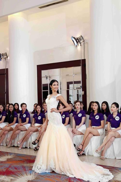 Hoàng Thùy, Cẩm Tiên cực lộng lẫy trong trang phục dân tộc tại HHHVVN - Ảnh 3.