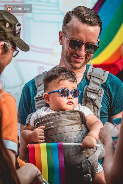Khoảnh khắc hạnh phúc và những nụ hôn rực rỡ trong Ngày hội tự hào LGBT+ ở Sài Gòn và Hà Nội - Ảnh 7.