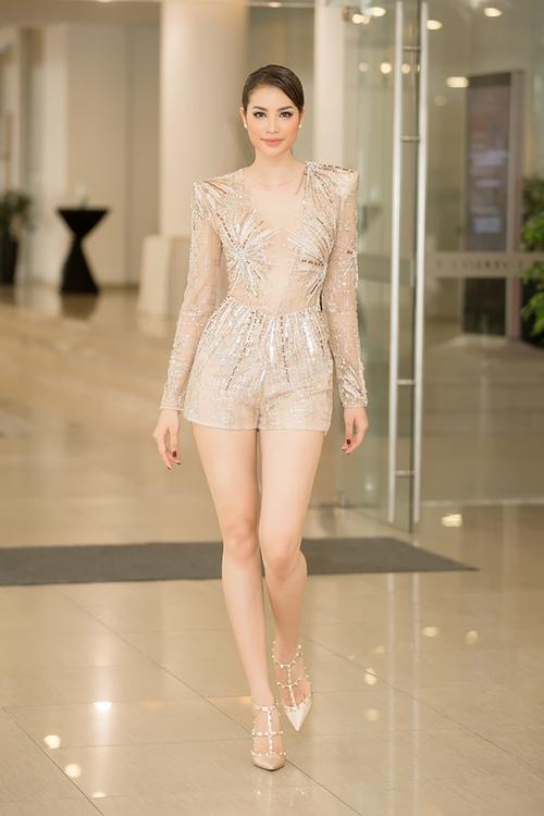 Đụng hàng trang phục sexy với Phạm Hương, Huyền My vô tình gặp sự cố bởi phần quần bó chẽn - Ảnh 4.