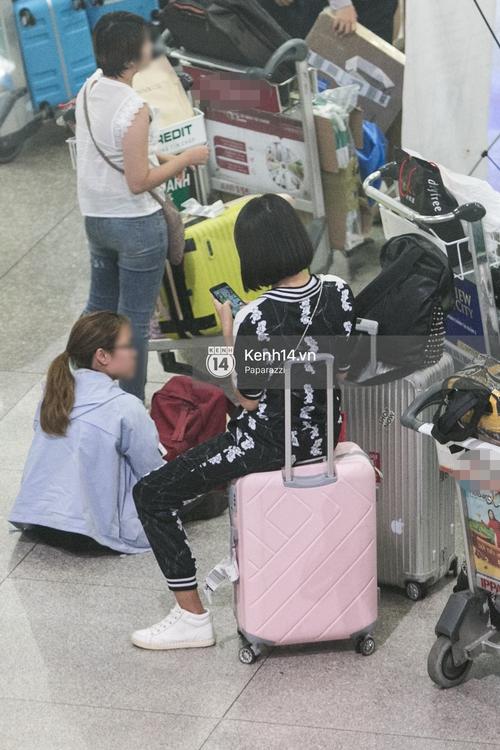 Trương Mỹ Nhân để mặt mộc vẫn rạng ngời, được fan vây kín tại sân bay giữa đêm - Ảnh 3.