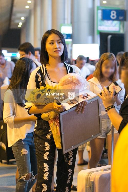 Trương Mỹ Nhân để mặt mộc vẫn rạng ngời, được fan vây kín tại sân bay giữa đêm - Ảnh 6.