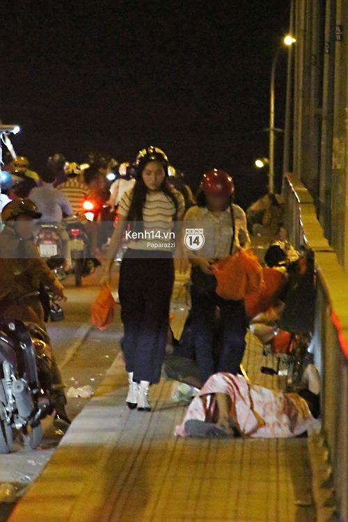 Hoa hậu Kỳ Duyên cùng bạn bè đi xe máy trao quà Tết cho người vô gia cư - Ảnh 2.