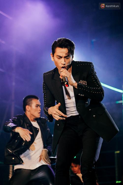 Sơn Tùng M-TP xuất hiện trên sân khấu đại nhạc hội với vẻ ngoài không thể điển trai hơn! - Ảnh 6.