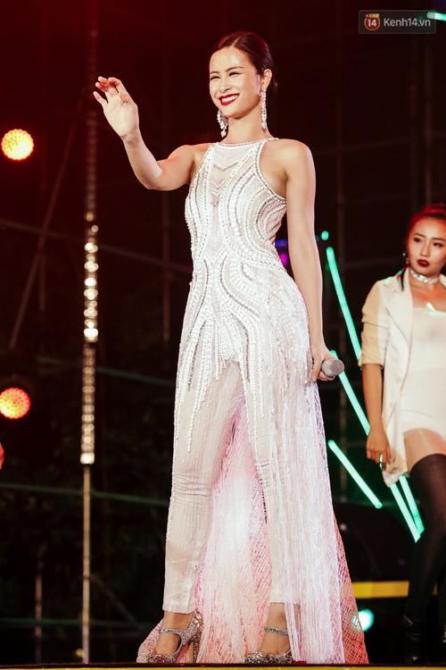 Sơn Tùng M-TP xuất hiện trên sân khấu đại nhạc hội với vẻ ngoài không thể điển trai hơn! - Ảnh 25.