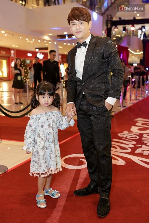 Mặc trời mưa, Hiền Sến và Lý Phương Châu vẫn vui vẻ dắt nhau đi xem phim của Ngô Kiến Huy - Ảnh 8.