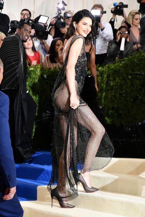 Suốt ngày diện đồ lưới xuyên thấu mặc cũng như không thế này chỉ có thể là đôi bạn cùng tiến Kendall Jenner - Bella Hadid - Ảnh 12.