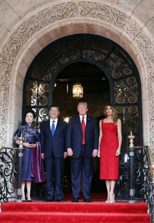 Đệ nhất phu nhân Melania Trump cắt phăng chiếc váy 120 triệu đồng để tiếp đón nguyên thủ quốc gia - Ảnh 2.
