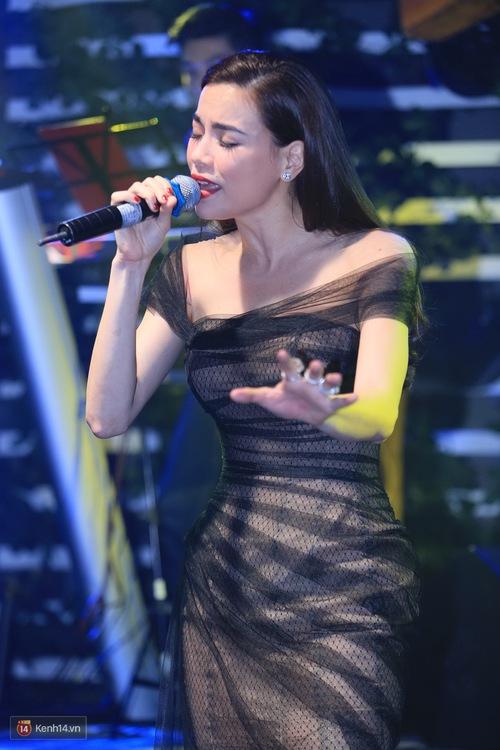 Kim Lý theo Hồ Ngọc Hà ra Hà Nội tổ chức mini show, ngồi một góc ở phòng trà ủng hộ bạn gái - Ảnh 14.