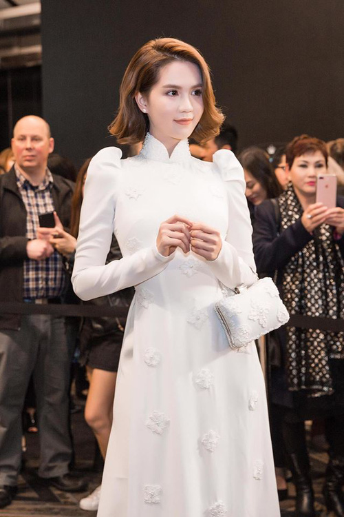 Cũng là áo dài trắng, nào ngờ Ngọc Trinh tóc ngắn lại xinh đẹp bội phần xưa kia - Ảnh 1.