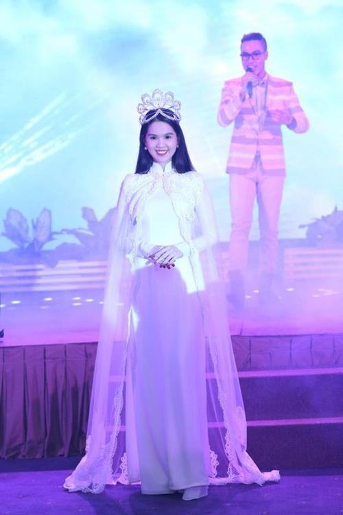 Cũng là áo dài trắng, nào ngờ Ngọc Trinh tóc ngắn lại xinh đẹp bội phần xưa kia - Ảnh 5.
