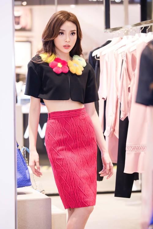 Hoa hậu Kỳ Duyên phủ đầy hàng hiệu thử đồ dự show Moschino tại Milan Fashion Week - Ảnh 7.