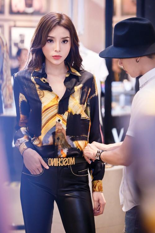 Hoa hậu Kỳ Duyên phủ đầy hàng hiệu thử đồ dự show Moschino tại Milan Fashion Week - Ảnh 4.