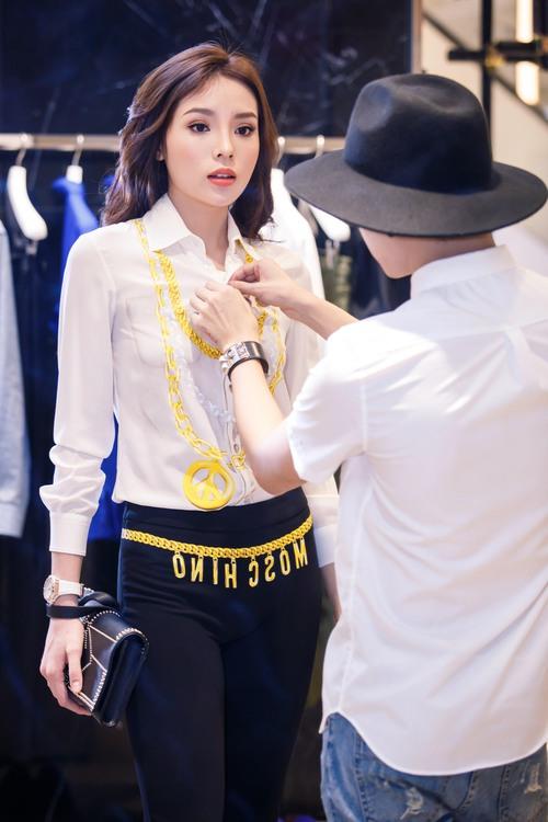 Hoa hậu Kỳ Duyên phủ đầy hàng hiệu thử đồ dự show Moschino tại Milan Fashion Week - Ảnh 2.