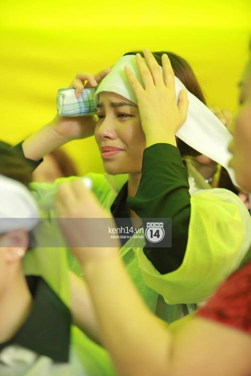 Phạm Hương liên tục khóc nấc, gương mặt tiều tuỵ trông thấy khi lo hậu sự cho bố - Ảnh 18.