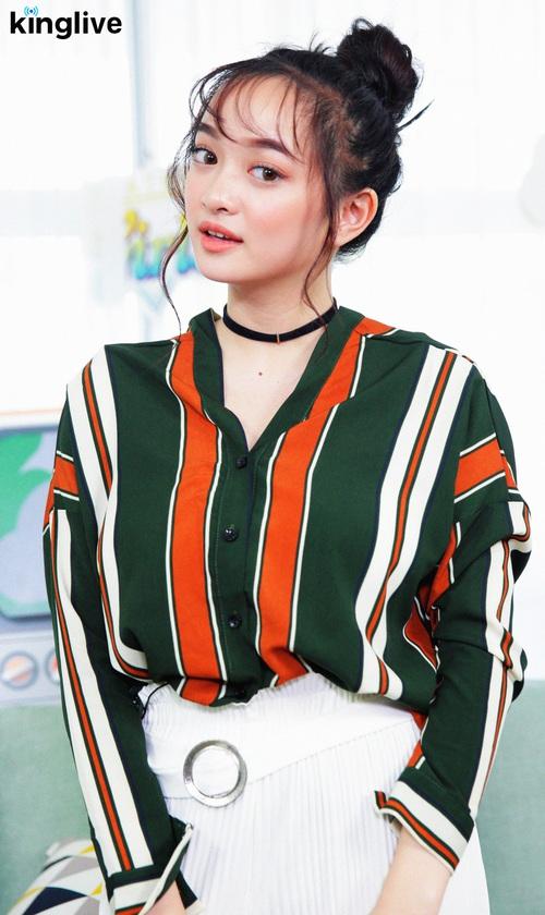 Weather Girls: Kaity Nguyễn xinh như mộng, chia sẻ tất tần tật về Em chưa 18! - Ảnh 1.