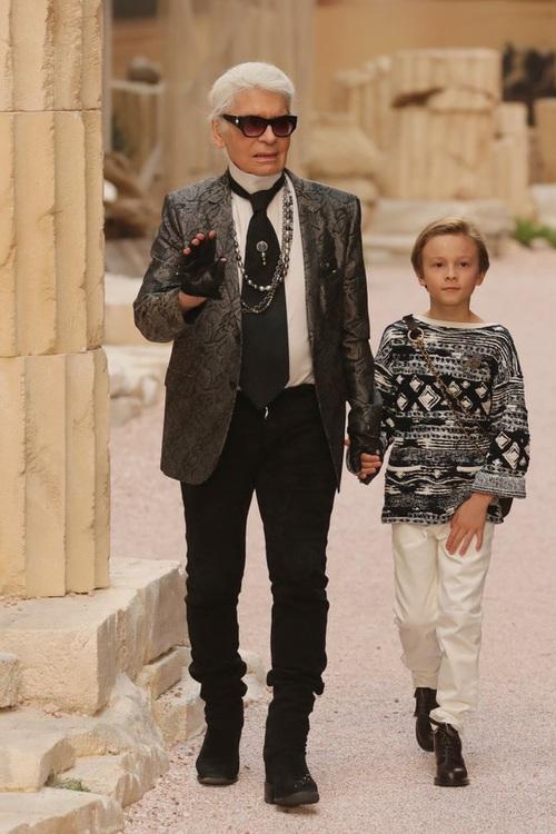 Hết đưa người xem lên vũ trụ, Chanel lại biến runway thành Hy Lạp cổ đại - Ảnh 1.