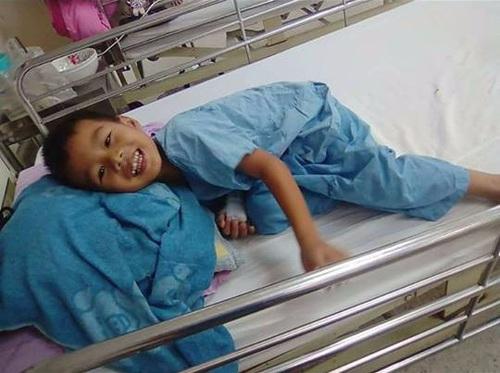 Thái Lan: Bé trai bị rơi xuống hồ nước tưởng chết đuối, bất ngờ điều kỳ diệu đã xảy ra - Ảnh 3.