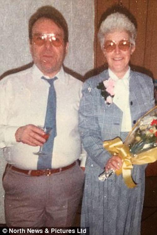"""Đẩy 2 chiếc giường gần sát bên nhau: Cô y tá đã khiến cặp vợ chồng 80 tuổi có thể mỉm cười, nắm chặt tay nhau sang """"thế giới bên kia - Ảnh 1."""