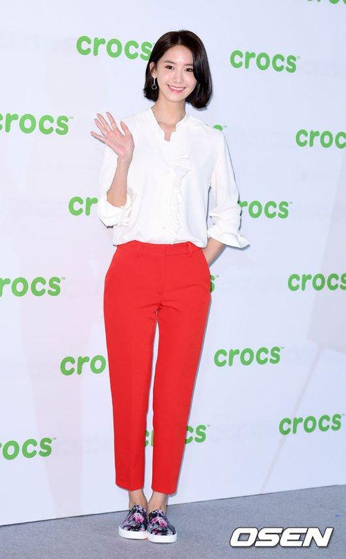 Diện trang phục đơn giản nhưng không kém phần nổi bật, Yoona vừa xuất hiện đã thu hút mọi ánh nhìn với đôi chân dài và mái tóc cắt ngắn vừa cá tính, vừa sang chảnh