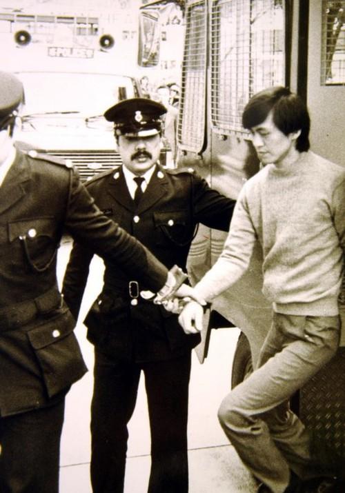 Tên sát nhân Lam Kor-wan bị cảnh sát áp giải.