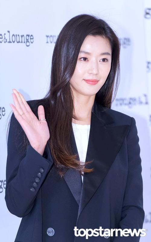 Hết gây xôn xao với nhà 650 tỉ, Jeon Ji Hyun lại xuất hiện như bà hoàng giữa dàn vệ sĩ hùng hậu - Ảnh 9.
