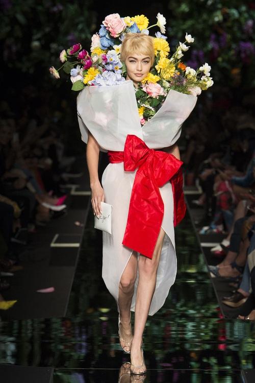 Ngang nhiên mượn thiết kế của Moschino nhưng bó hoa Tiêu Châu Như Quỳnh lại kém sắc trầm trọng - Ảnh 7.