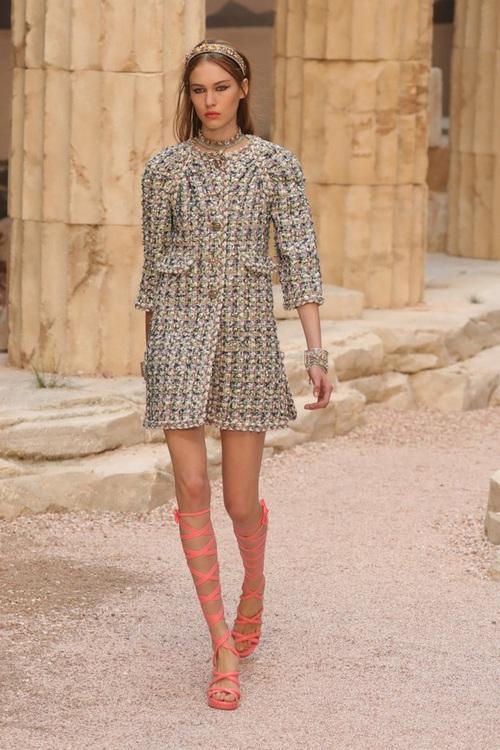 Hết đưa người xem lên vũ trụ, Chanel lại biến runway thành Hy Lạp cổ đại - Ảnh 10.